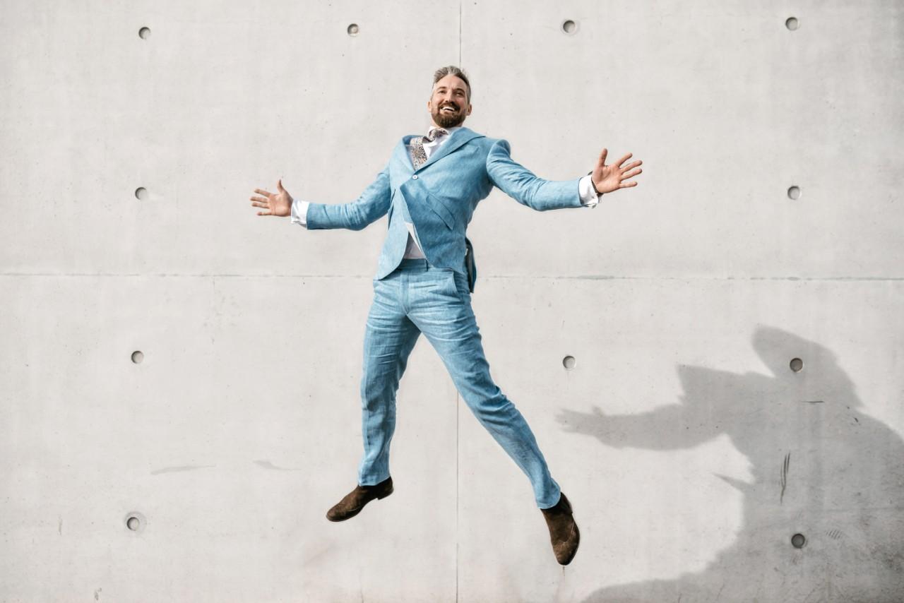 Lachender Mann im Anzug